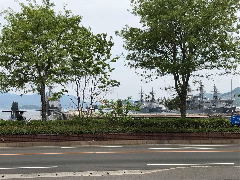 海上自衛隊の船が停泊しています