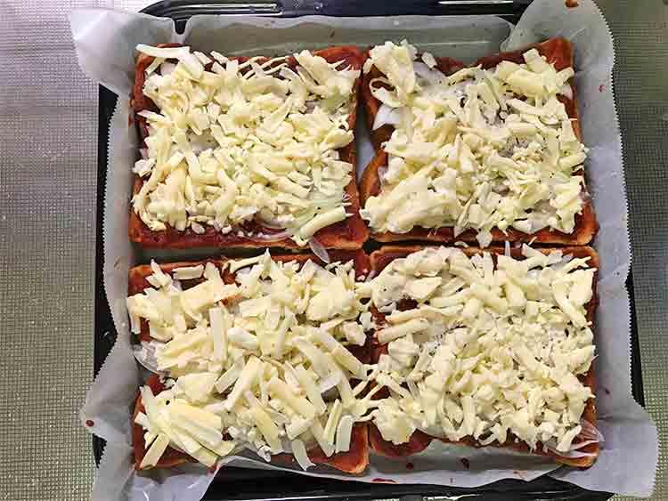 今日のうちランチはピザトースト*チーズをのせました