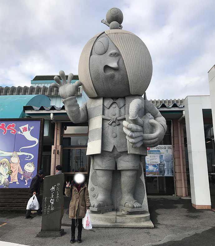 巨大鬼太郎像。左手に松葉ガニを抱えています。