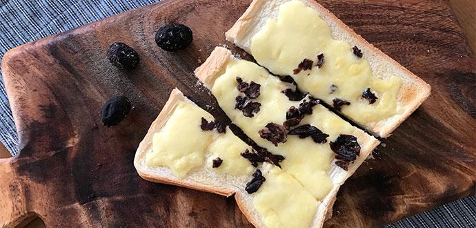 薬品不使用でオリーブの渋抜き*干しオリーブをチーズトーストにのせてお味見*