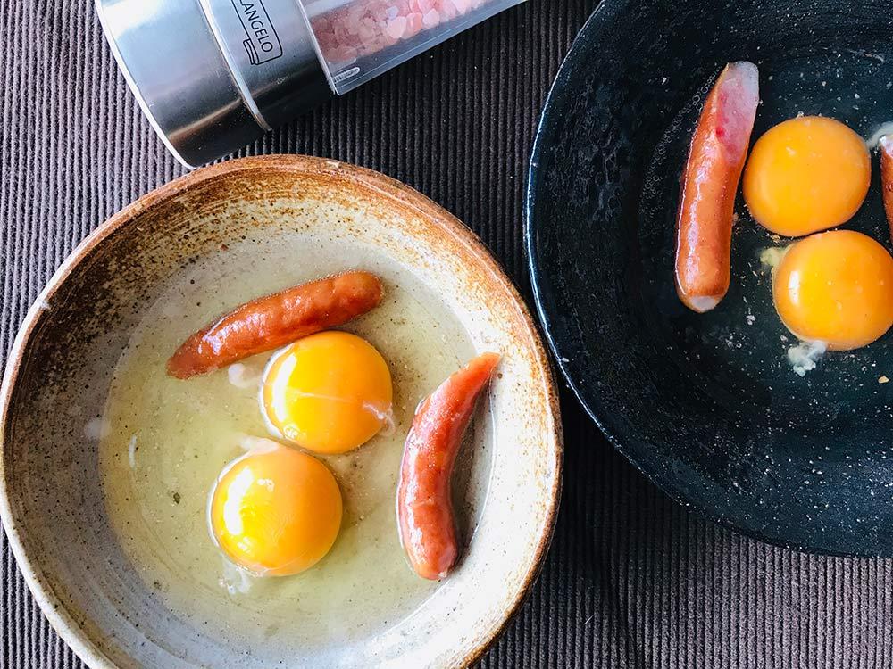 卵をお皿の真ん中に割り入れて塩をふります