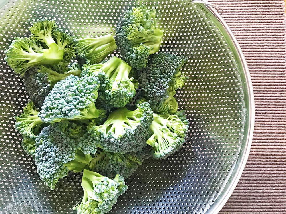ブロッコリーの茎を美味しく食べる*房を切取り一口大に分ける