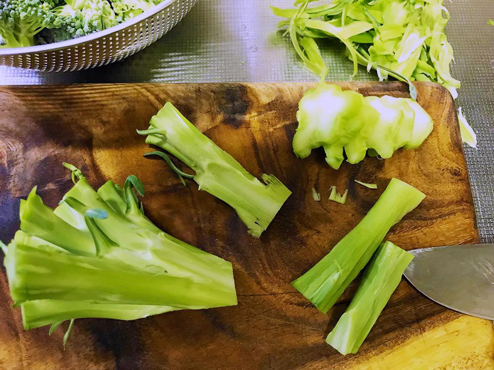 ブロッコリーの茎を美味しく食べる*茎を切り分けながら残った皮をむく