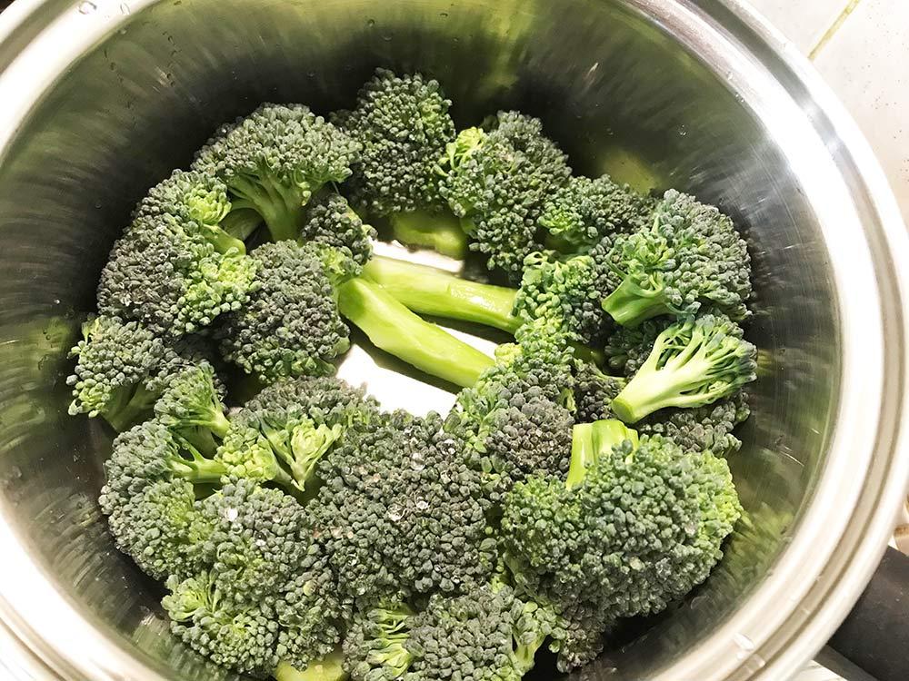 ブロッコリーの茎を美味しく食べる*ブロッコリーを鍋で蒸す