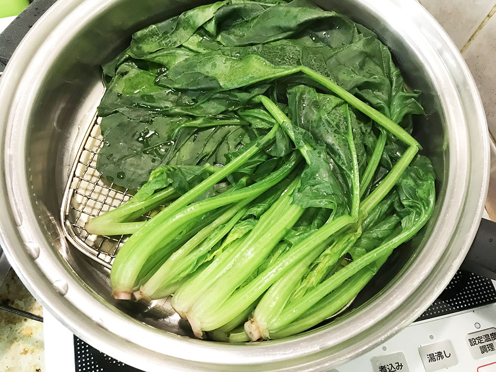 フライパンでほうれん草を蒸します*フタをして沸騰2分、いい色に仕上がりました