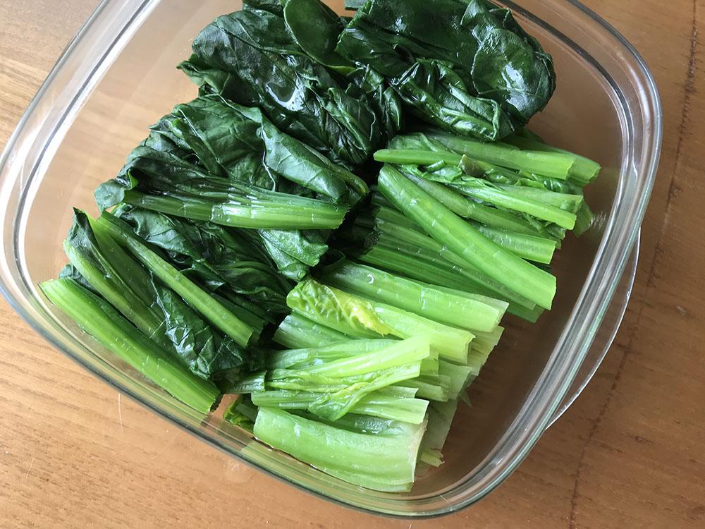 蒸したほうれん草*こうして切って冷蔵しておけば卵とじにしたりお味噌汁に入れたり、さっと使えます