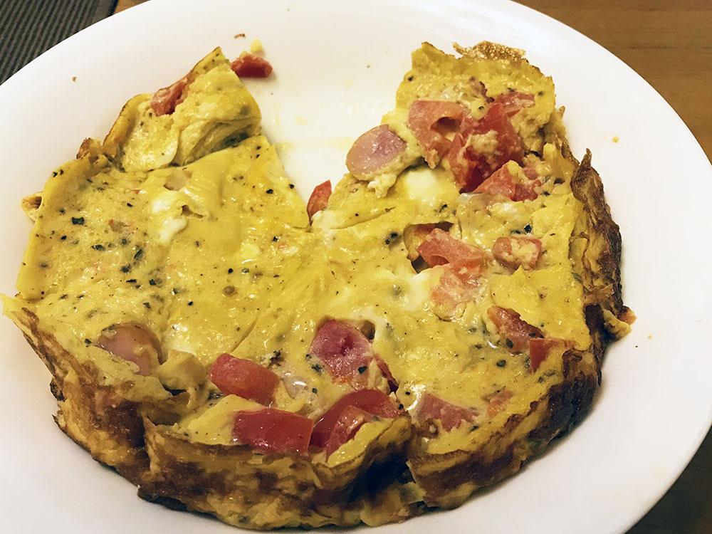 これはフライパンバージョンです。トマトとウインナー入り具入り卵。