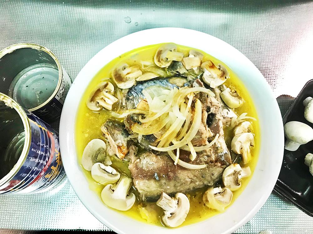 サバ水煮缶のレンチン*アクアパッツァ風■これはサバ缶ロング缶+1缶、3人分くらい?