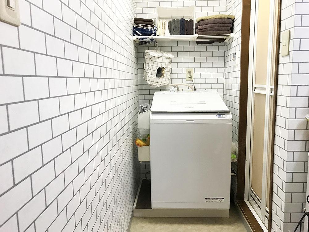 縦型の乾燥機付き洗濯機*洗濯機の前で立ったまま洗濯物をたたむと今までよりすごくラク